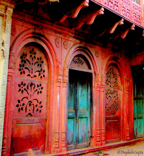 An old house with a beautiful arched door :)
